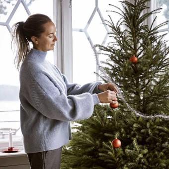 Kvinna med julgran