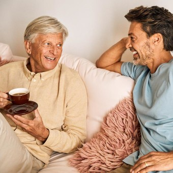 Två män skrattar
