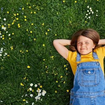 Flicka-i-gräset-767x767