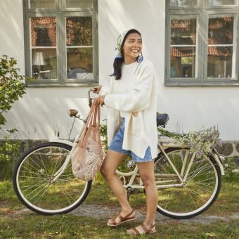 Kvinna med cykel. Foto.