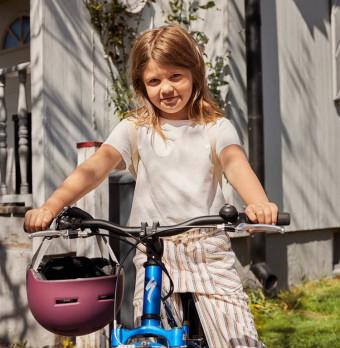 En flicka med en cykel. Foto.