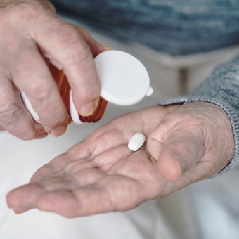 Ett par händer och läkemedel