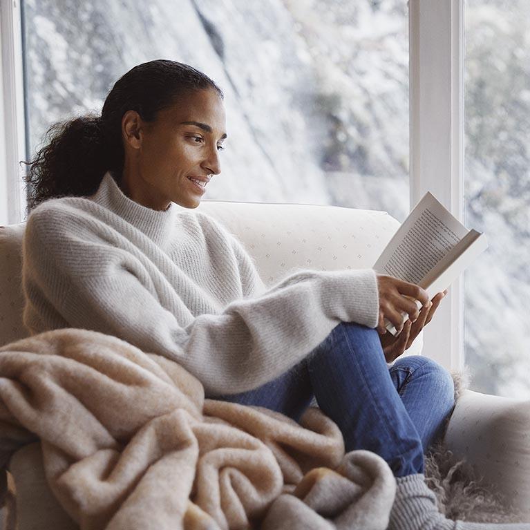Kvinna läser bok
