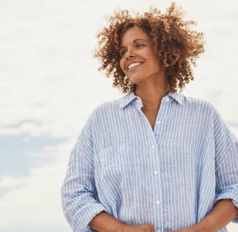 En glad person med vind i håret