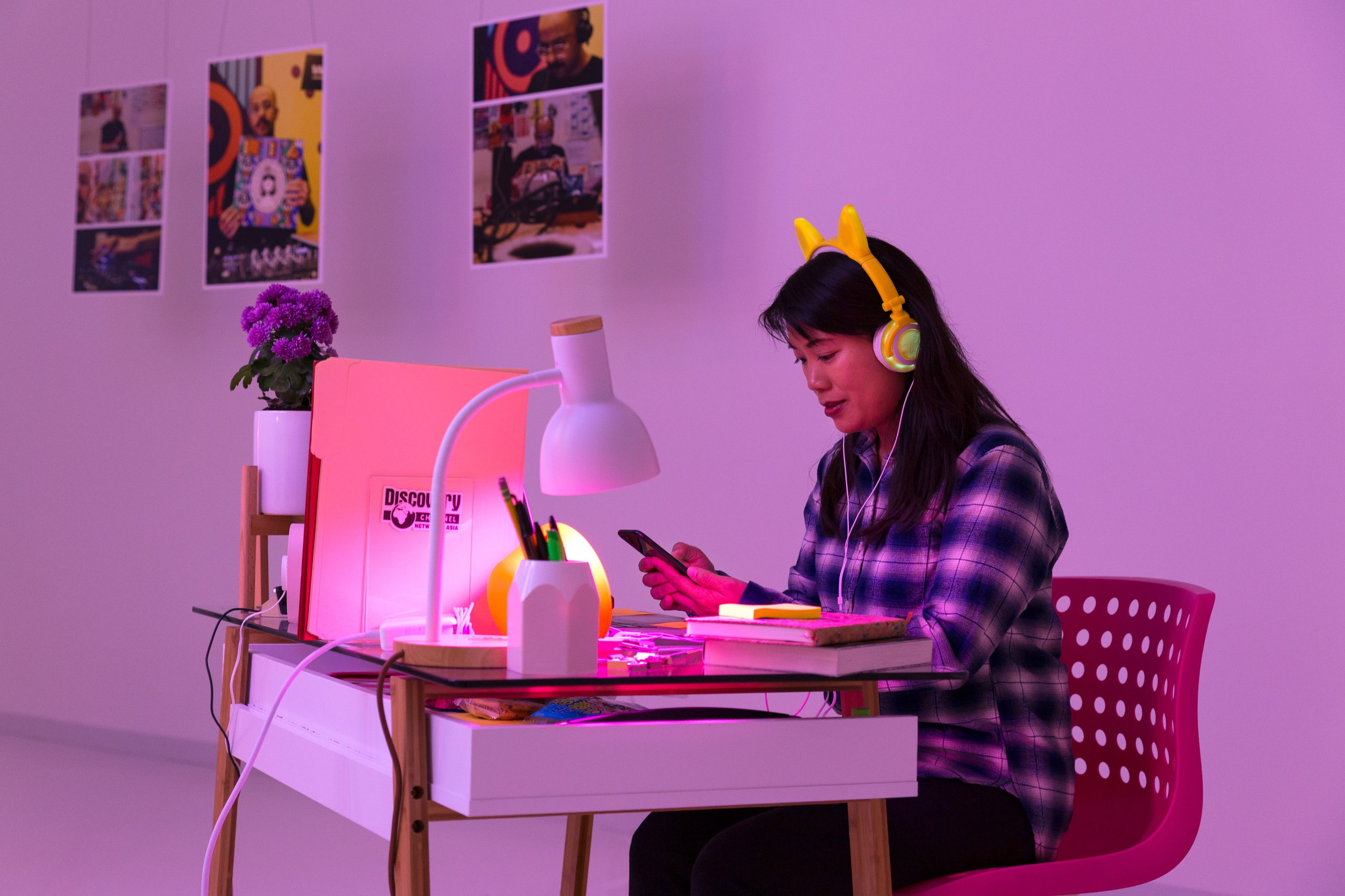 Iris Lin, product designer at Dropbox, interacts with The World@Work – Photograph by Megan Bayley