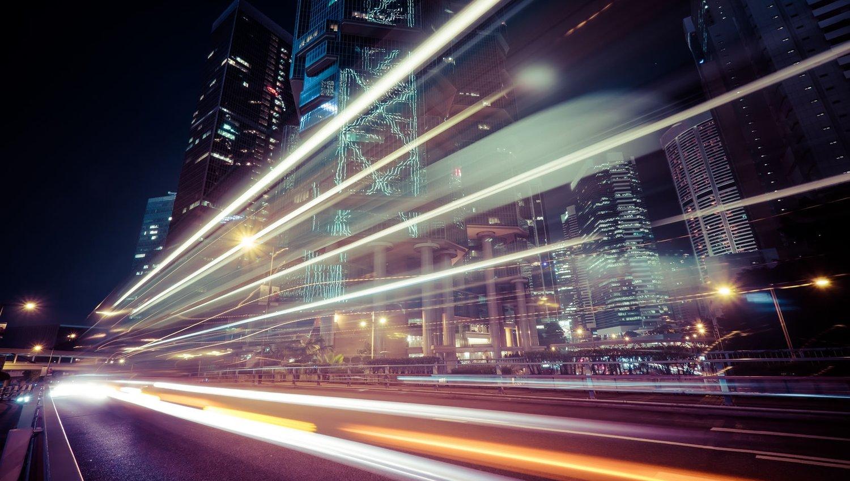 Zeitrafferfoto mit Verkehr bei Nacht