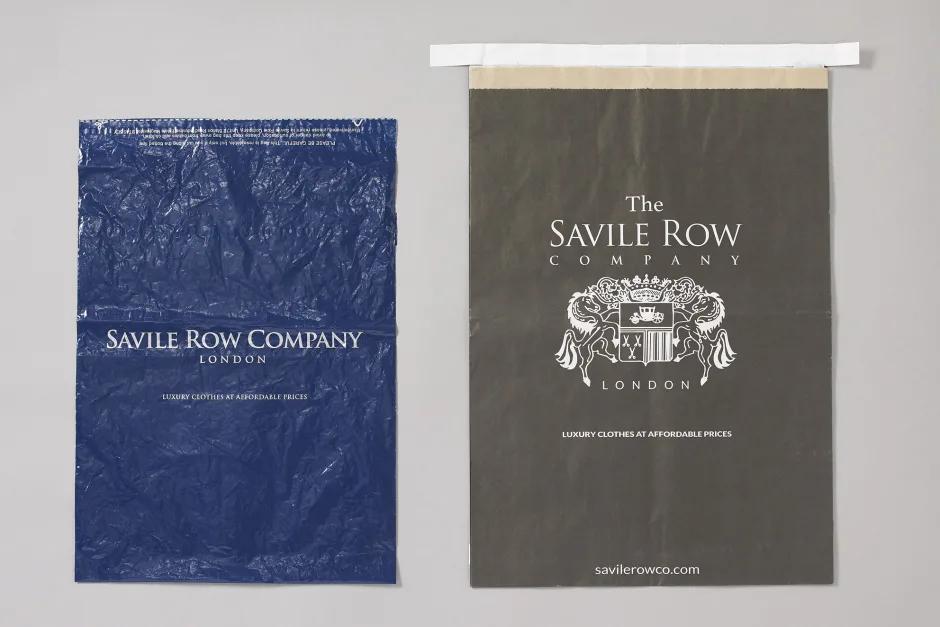 The Savile Row Company hat Plastikverpackungen (links) durch recyclebare Papiertaschen ersetzt (rechts).