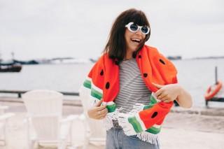 Frau am Strand mit Tuch mit Wassermelonen-Muster