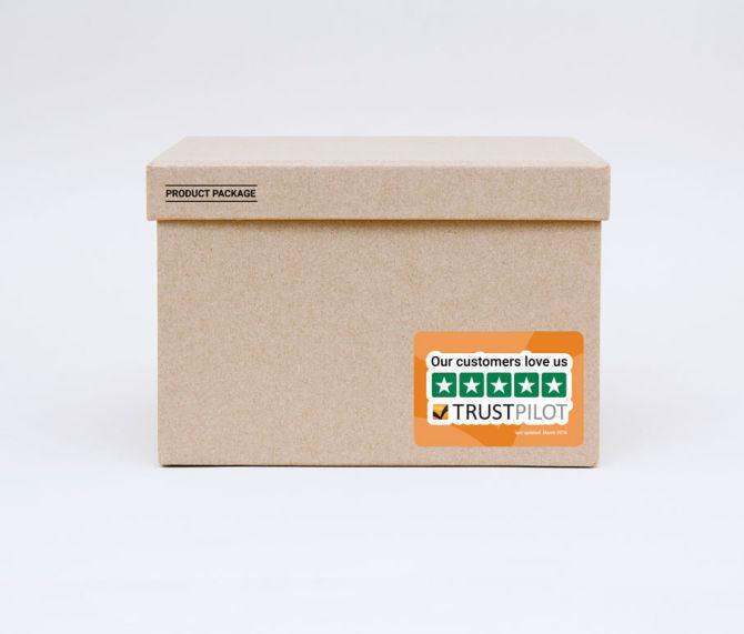 Billede af et Trustpilot klistermærke på en pakke