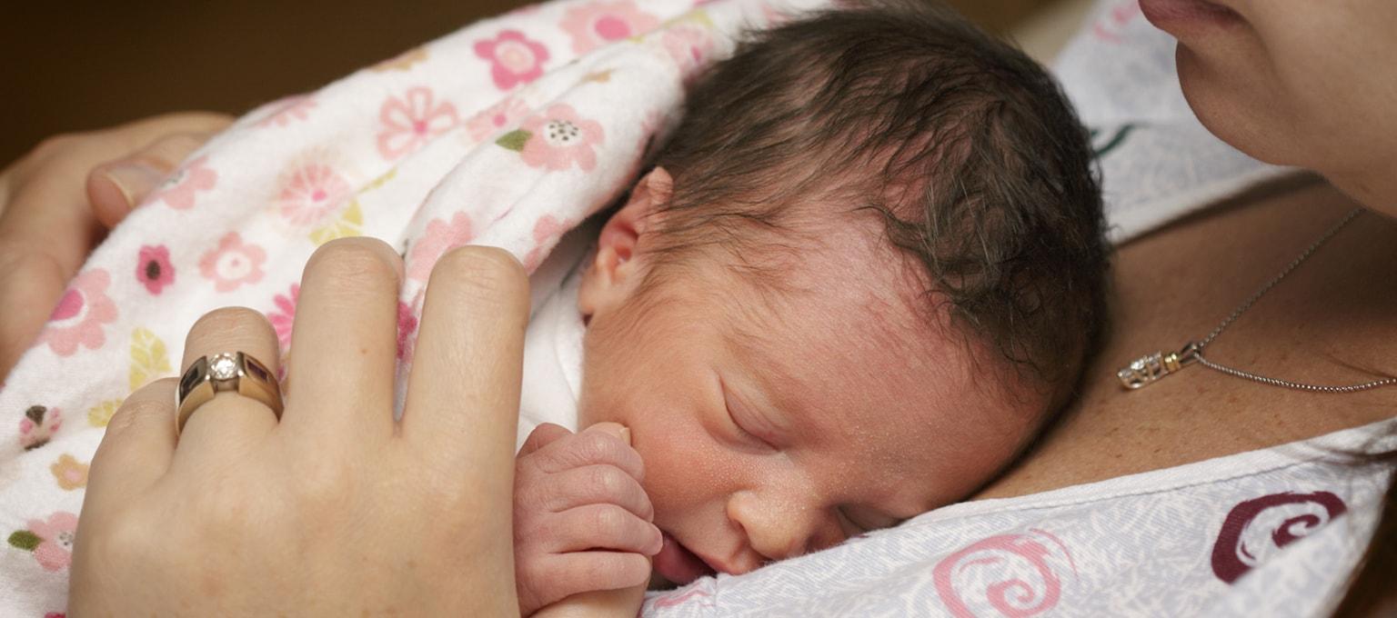 Mujer con bebé en brazos