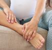 Mujer embarazada sentada en el sofá