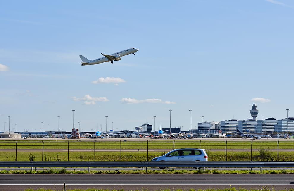 Schiphol gezien vanuit de omgeving
