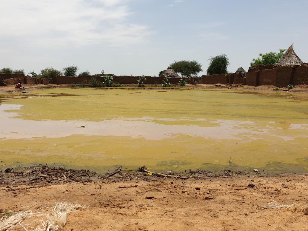مياه راكدة خلفتها السيول والفيضانات بمعسكر زمزم في ولاية شمال دارفور (أوتشا)
