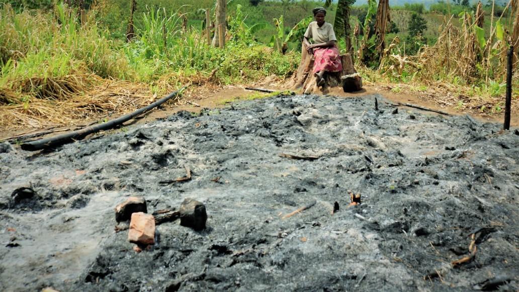 La zone de Ngingwe (Territoire de Masisi) comptait, selon le notable local, environ 3 150 habitants avant février 2013, mais la population a dû fuir les violences récurrentes. Ici, une congolaise constate ce qui reste de sa maison.