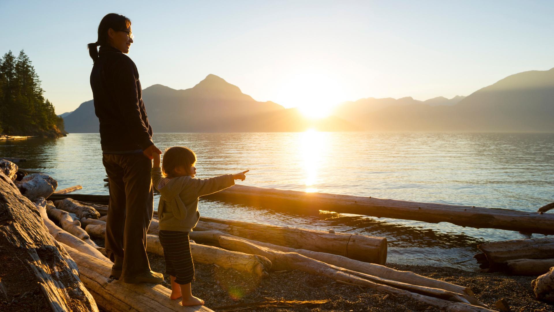 Femme et enfant sur une plage en Colombie-Britannique