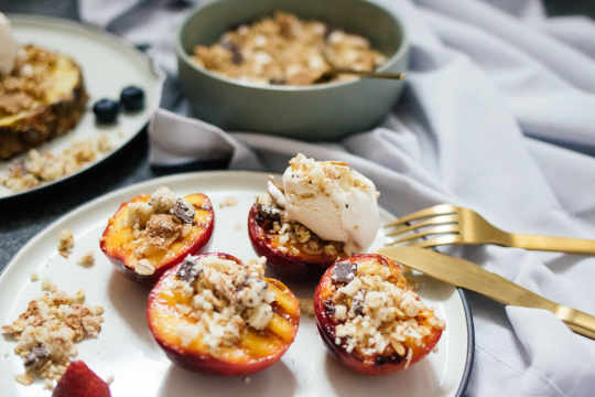 Grilled fruits with cereal crumble