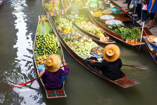 Shopping at the floating markets in Damnoen Saduak in Bangkok