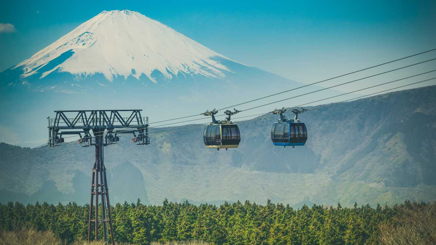 Seilbahn im Fuji-Hakone-Izu-Nationalpark Japan mit Mount Fuji am Horizont