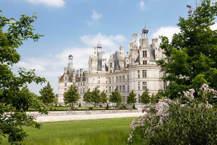Vue sur le château de Chambord dans la Vallée de la Loire, depuis le parc du château.
