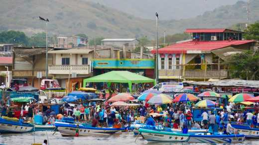 Discover fishmarkets in Puerto Lopez on an Ecuador tour