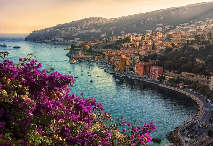 Vue panoramique pendant la saison estivale sur la ville de Villefranche-Sur-Mer et ses maisons en bord de mer.