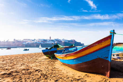 Farbenfrohe traditionelle Boote am Strand in Rabat, Marokko