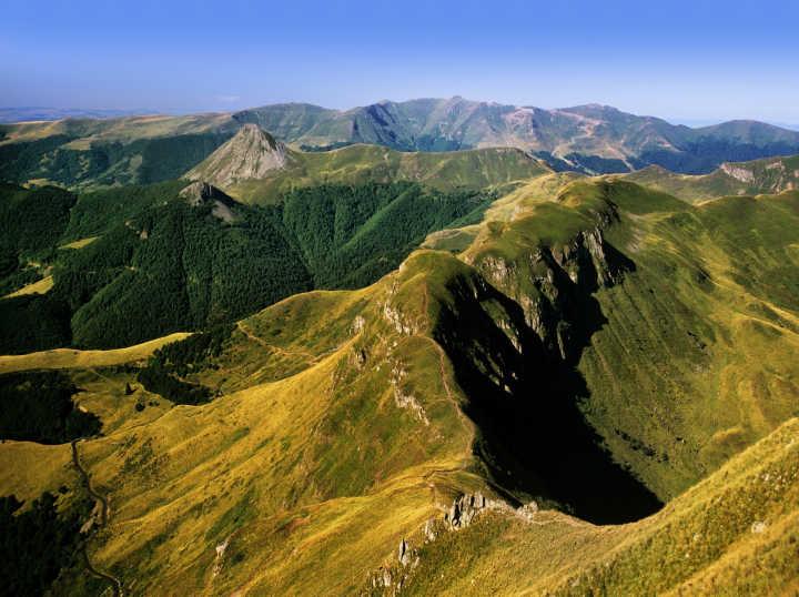Magnifique vue aérienne sur la Chaîne des Puys dans la région Auvergne en France.