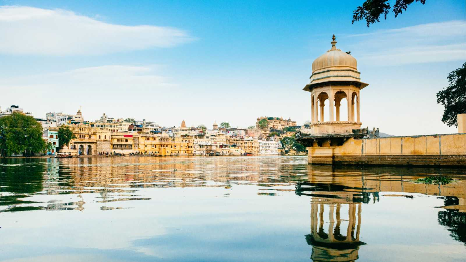 View_from_the_water_on_the_skyline_of_Udaipur