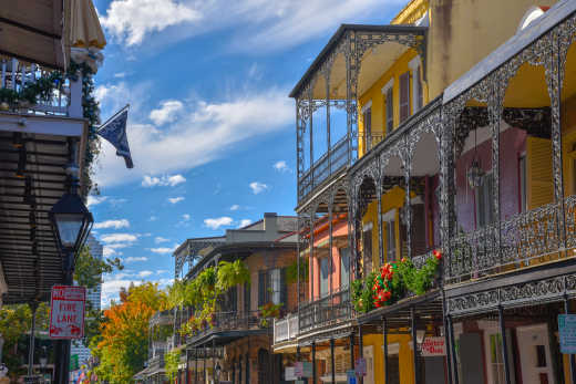 Photo of a traditional street in the French Quarter of New Orleans during a trip along the Route du Blues.