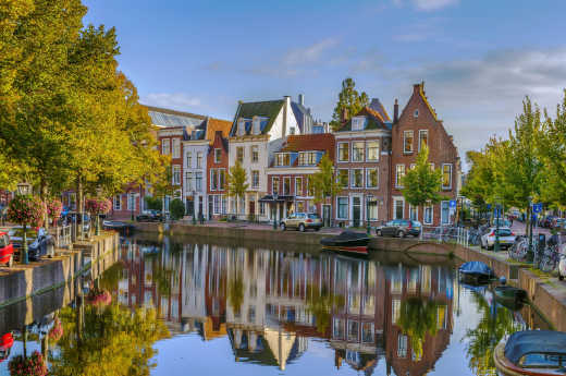 View of the canals and typical Dutch houses in the city of Leiden, which you can discover during your trip to the Netherlands.