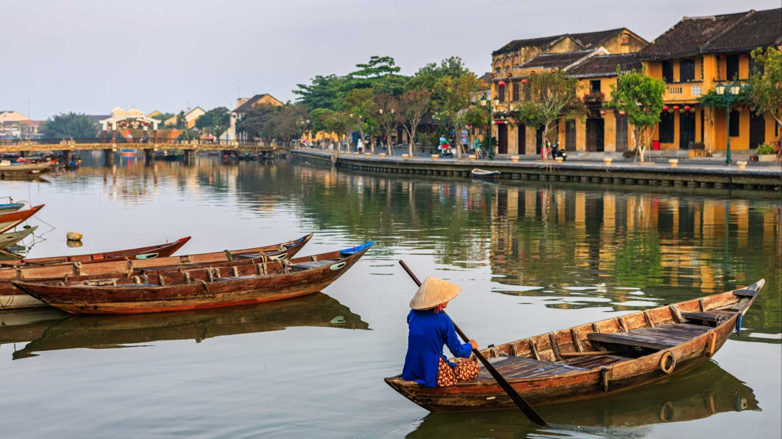 A_woman_on_a_traditional_boat_on_a_river_in_Hoi-An_Vietnam