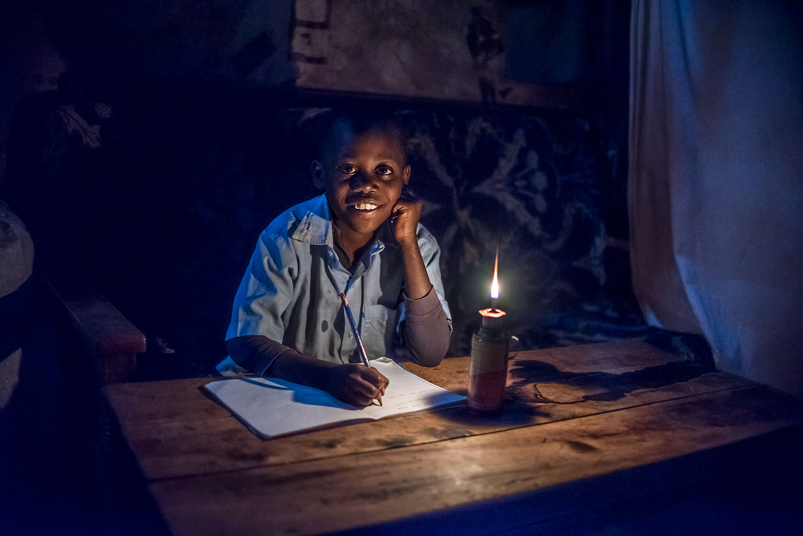 6 Beautiful Photos Of Children Living in Poverty Doing Homework