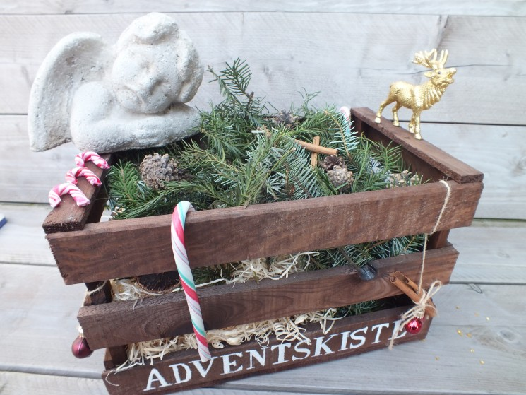 Weihnachtsdeko Draussen Holz ~ Selbstgemachte Weihnachtsdeko für draussen mit Holzkiste und Engel