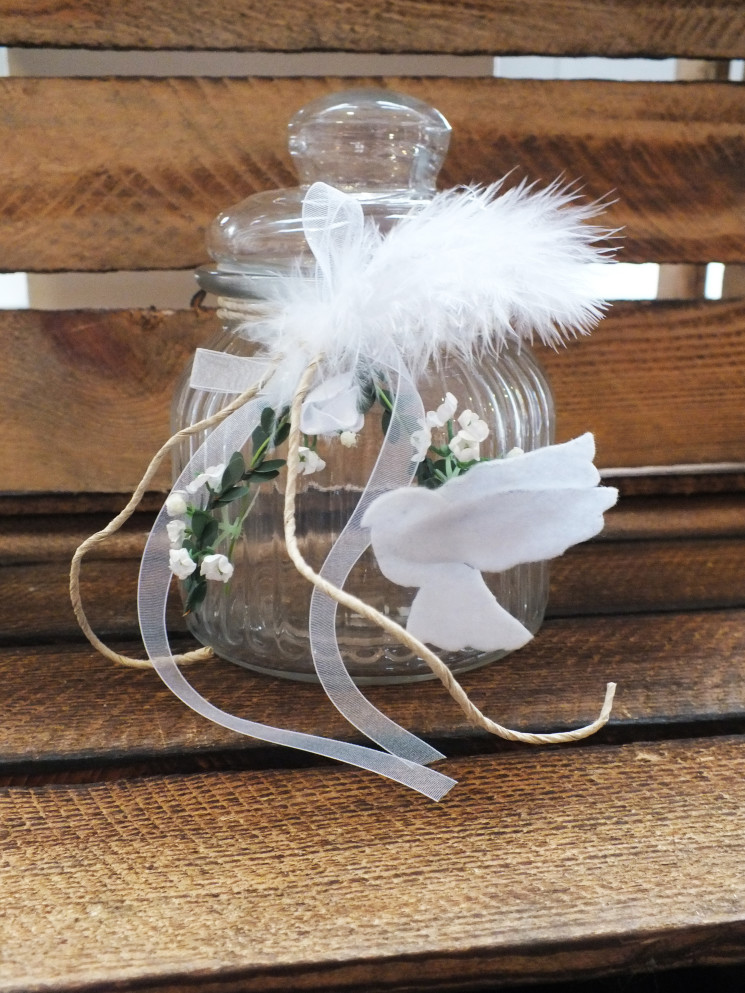 Das hübsche kerzenglas als windlicht ist die perfekte dekoration für eine konfirmation oder kommunion