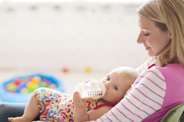 Bottle-feeding-a-baby-with-formula