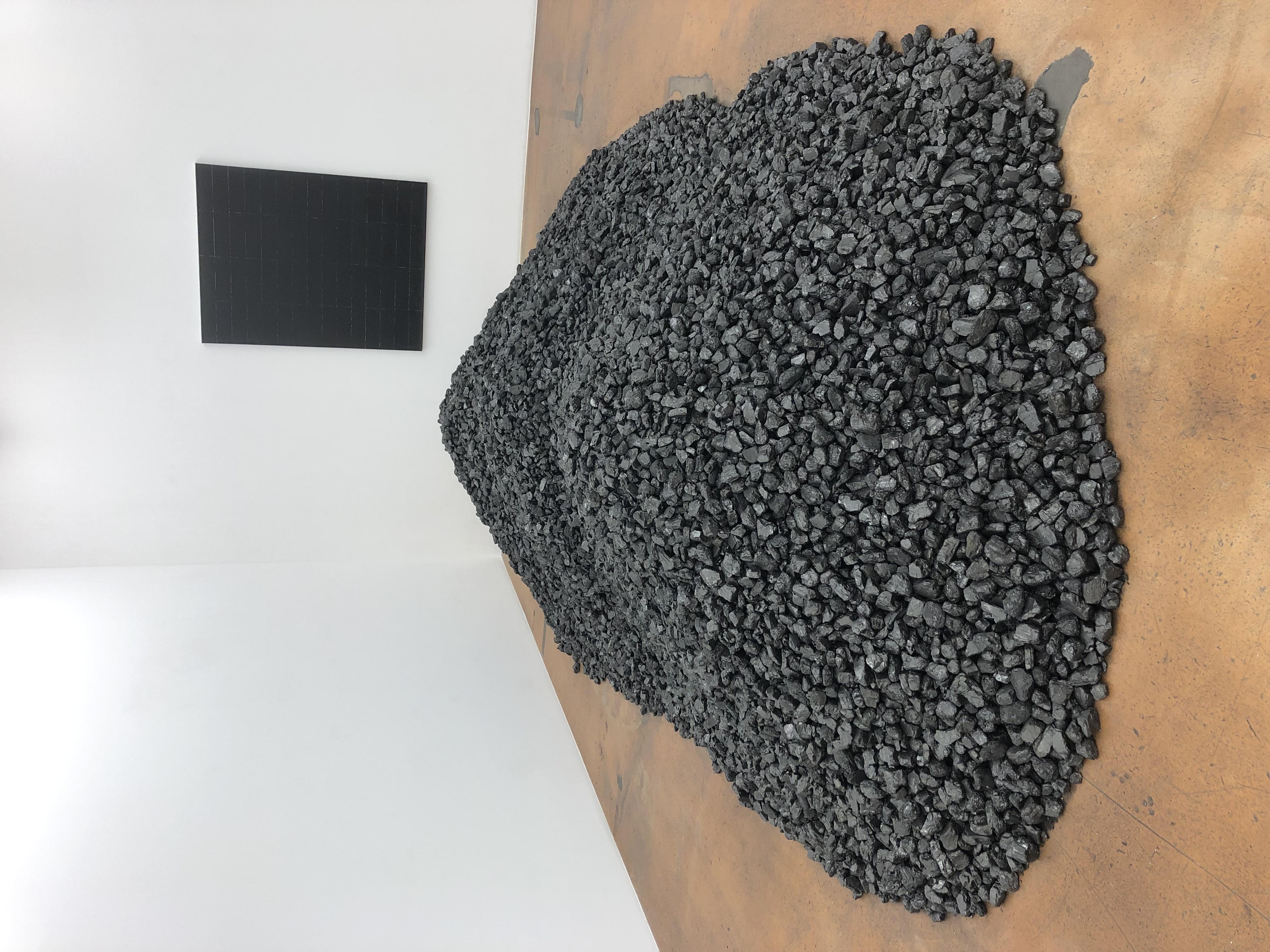 Bernar Venet: Tas de charbon nº2. Recouvrement de la surface d'un tableau. (1963)