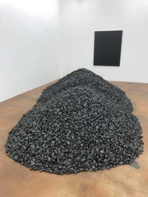 Bernar Venet: Tas de charbon nº2. Recouvrement de la surface d'un tableau.