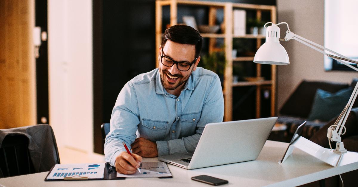 Hombre disfrutando de su oficina en casa