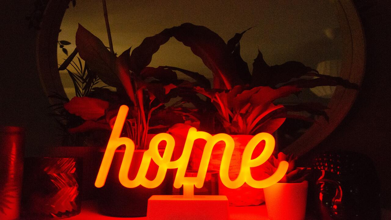 Decorar con luces de neón para iluminar tu casa - La Haus