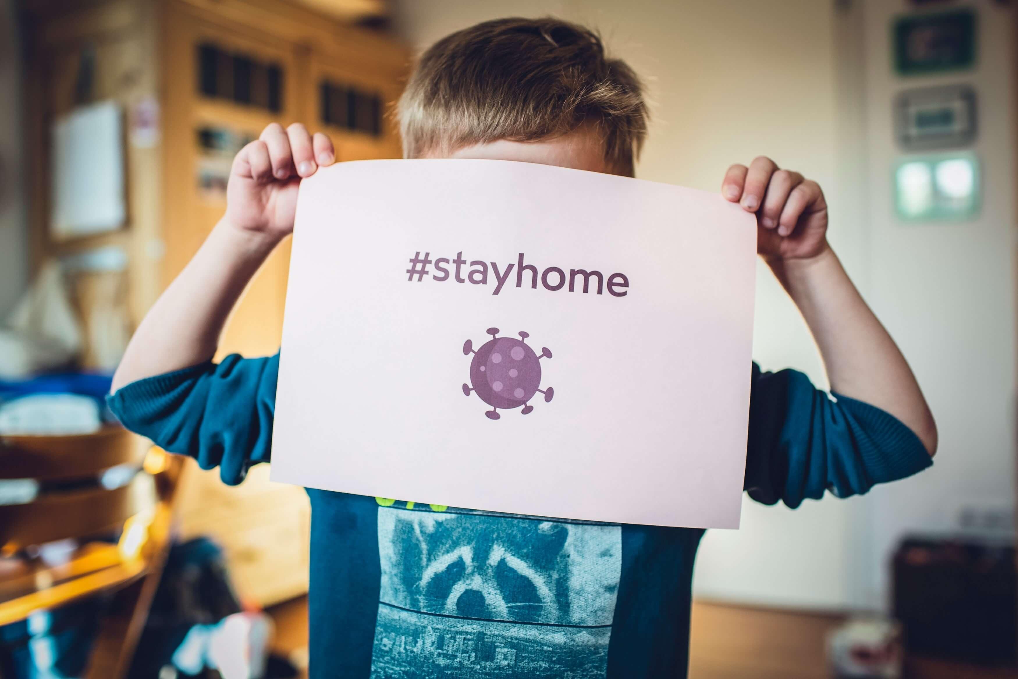 Niño aconsejando estar en casa debido al coronavirus