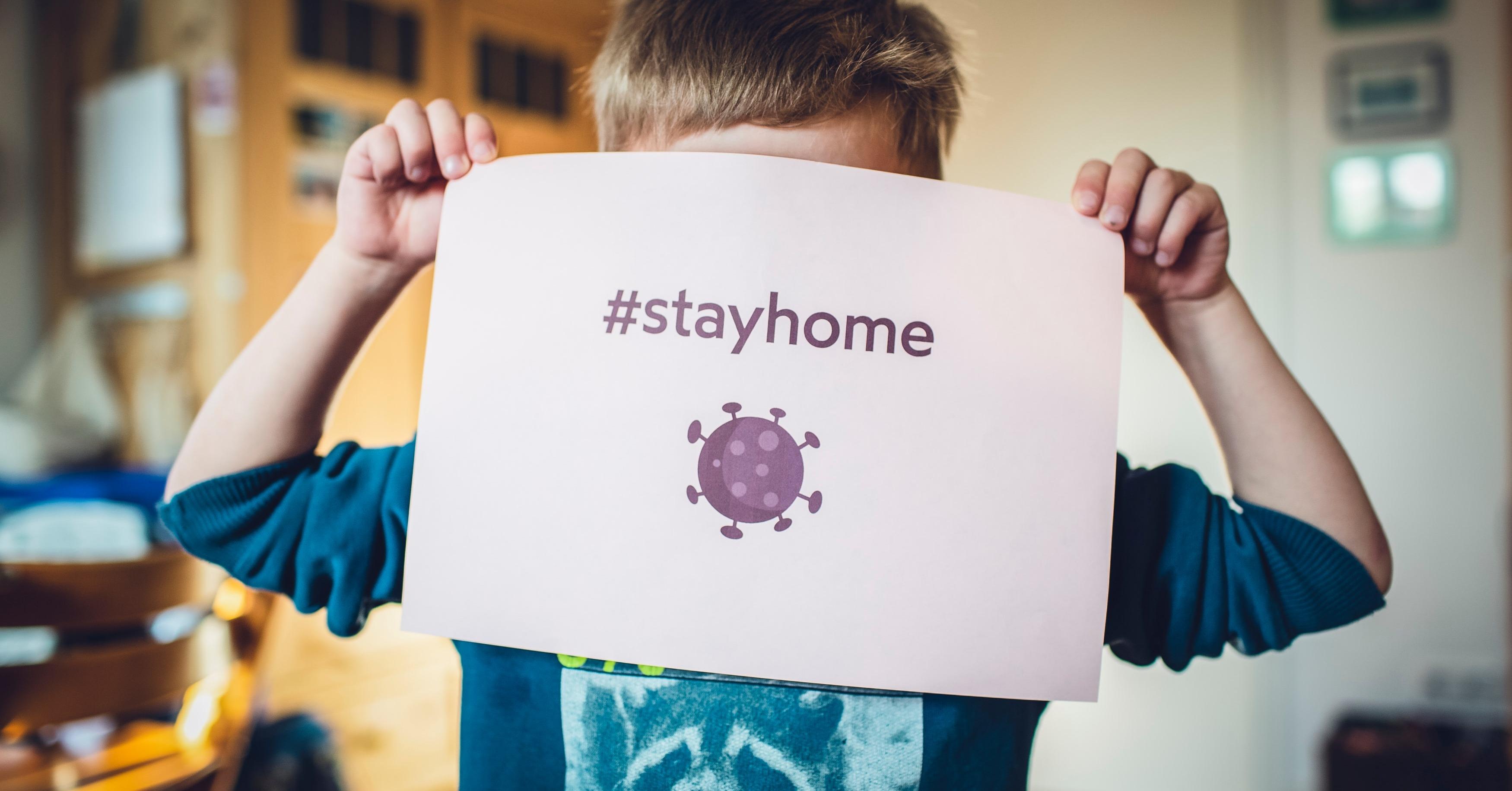 Niño aconsejando estar en casa
