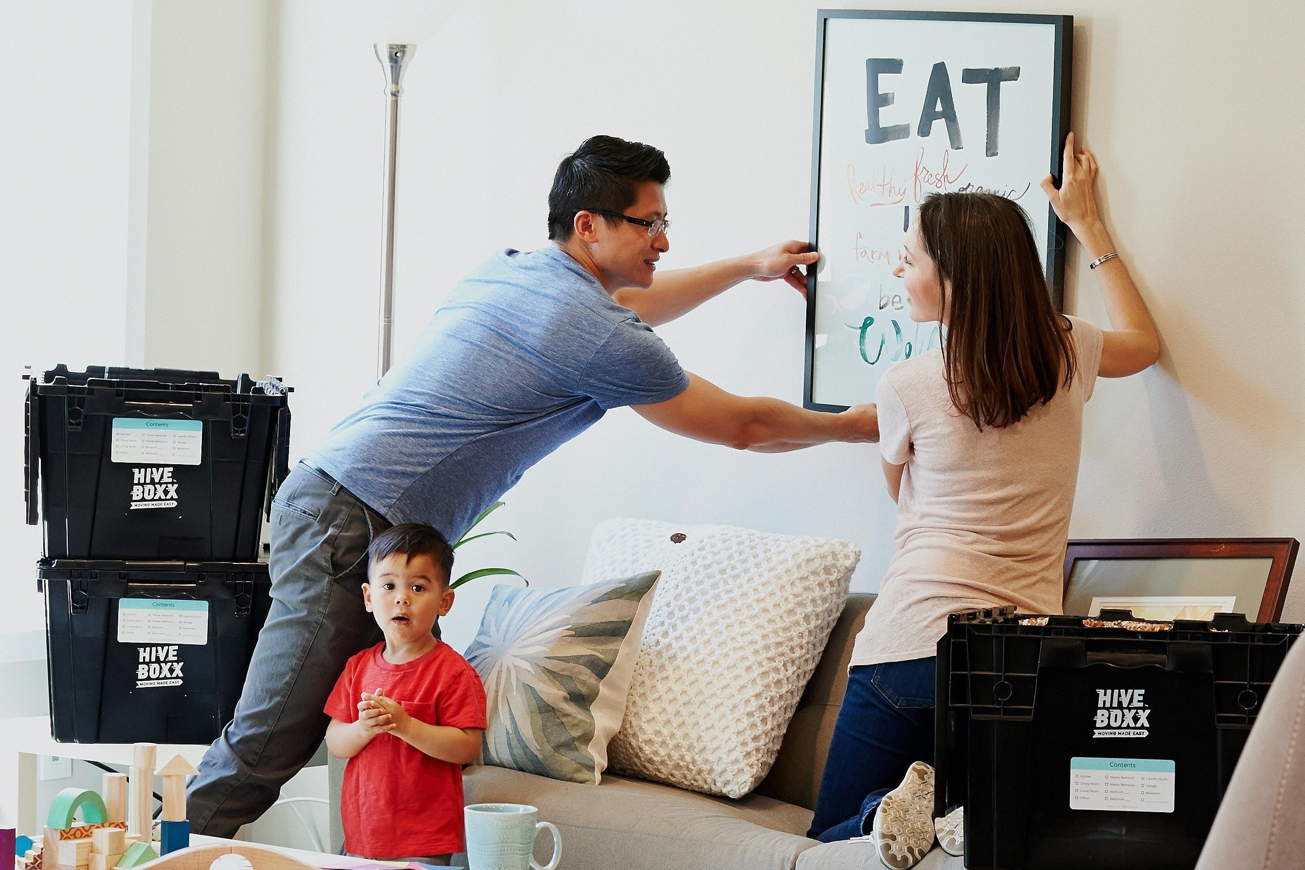 Familia disfrutando de haber comprado un inmueble