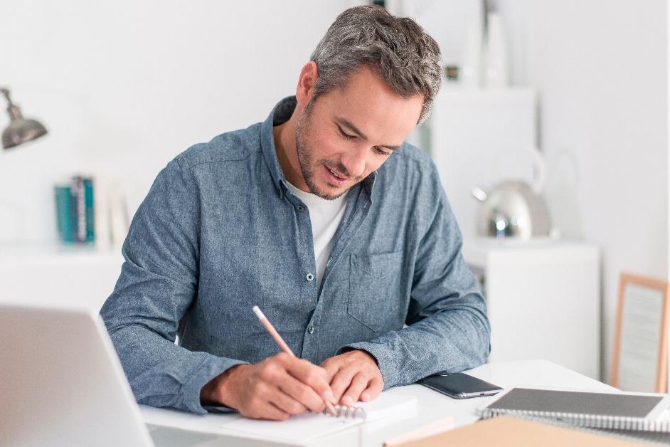 Hombre analizando si es un crédito mejor en UVR o Pesos