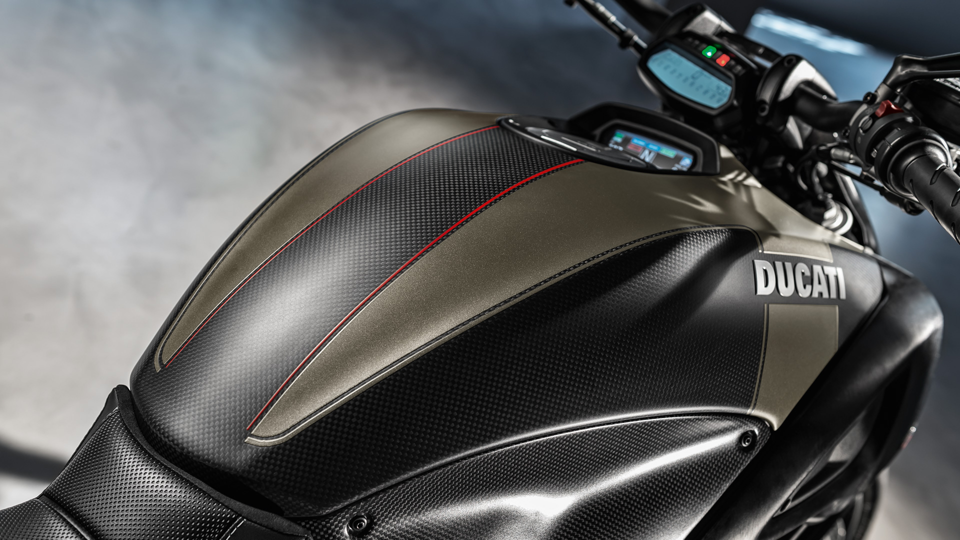 Carbon Fiber Motorcycle Helmet >> Ducati Diavel: Sport-Cruiser bikes with unique style