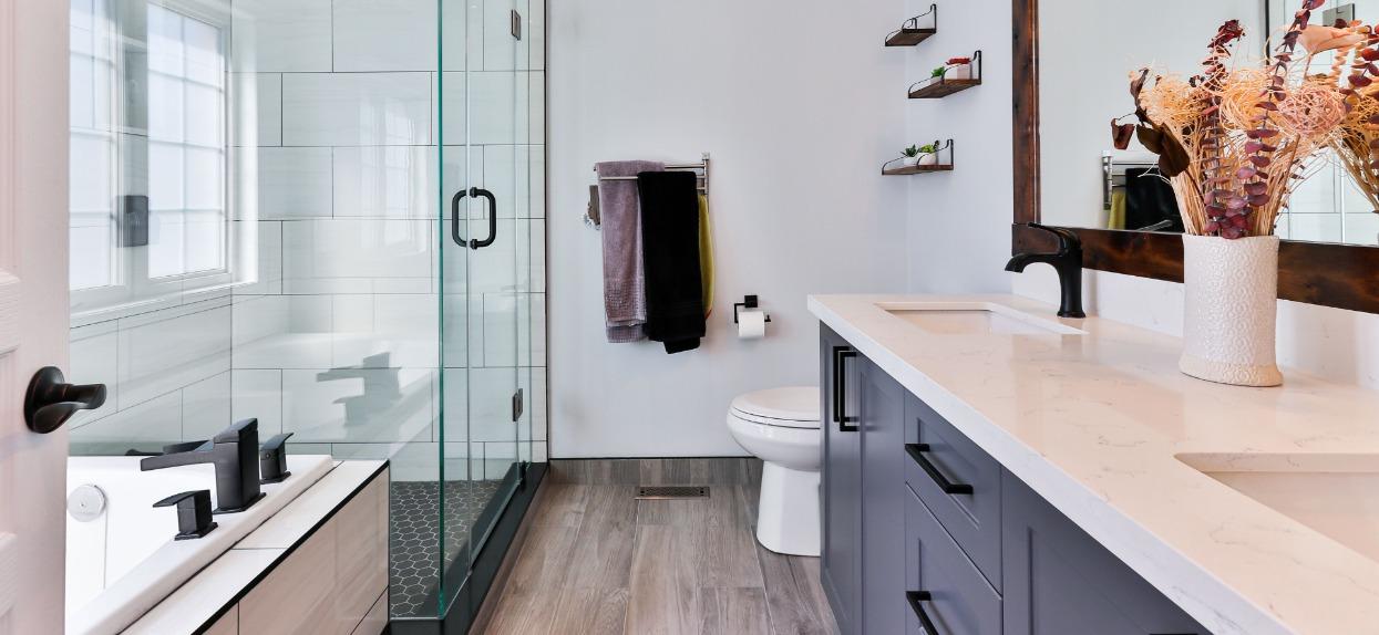 Drewniane elementy w łazience.