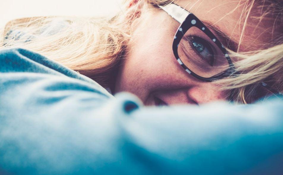 Usuwanie rys z okularów