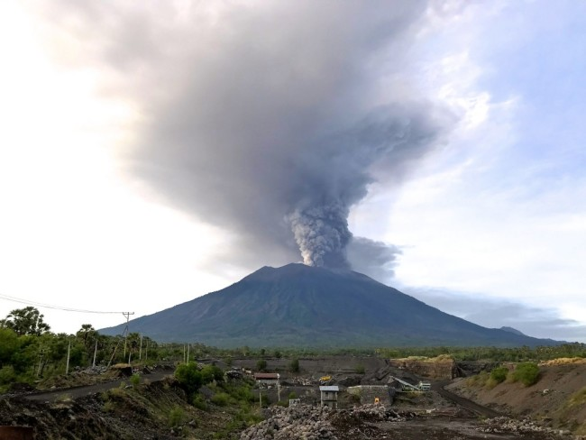 Mount_Agung_November_2017_eruption_-_27_Nov_2017_03-1-1024x768.jpg