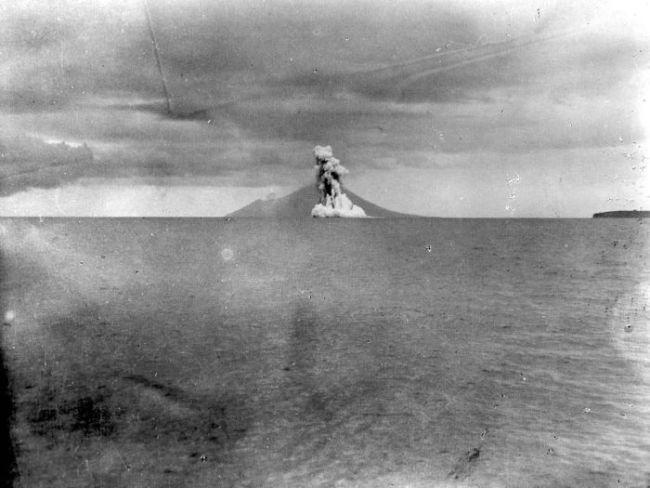 COLLECTIE_TROPENMUSEUM_Uitbarsting_van_de_Krakatau_TMnr_10004018.jpg