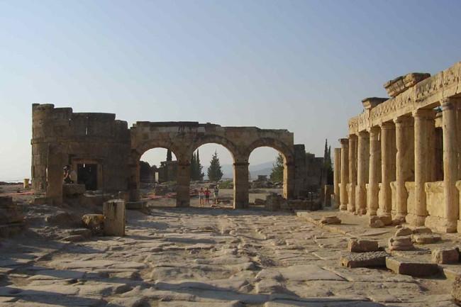Hierapolis_colonnade.jpg