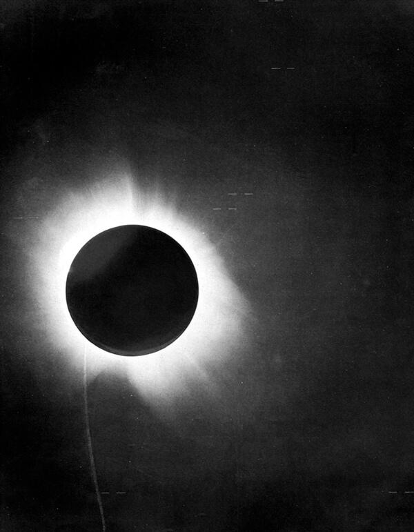 P 1919 eclipse Los físicos todavía están investigando la relatividad general de Einstein para detectar defectos, ahora en escalas cósmicas